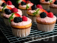 Ванилови къпкейкове с маслен крем, малини, боровинки и ягоди